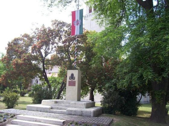 Pestújhelyi tér, emlékmű