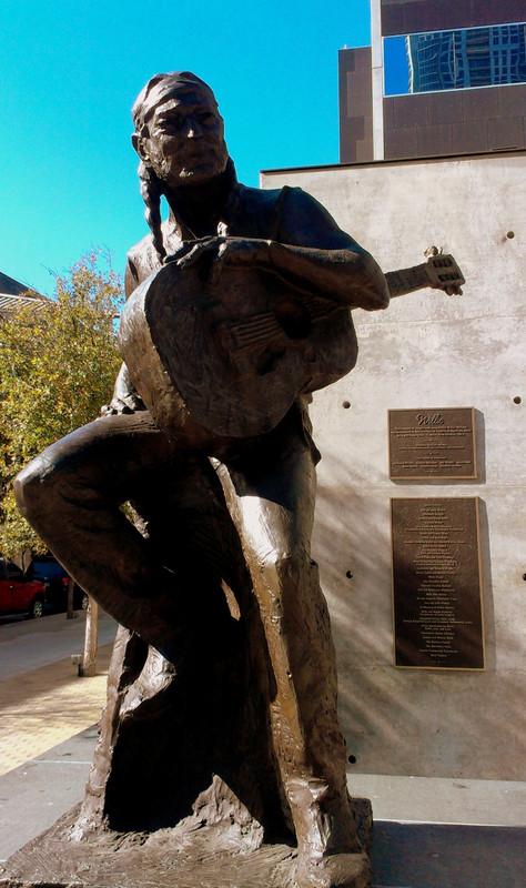 Willie Nelson szobra a belvárosban