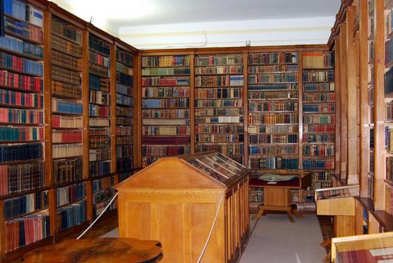 A könyvtár kisterme, bútorzatát a 19-20. század fordulóján készítették