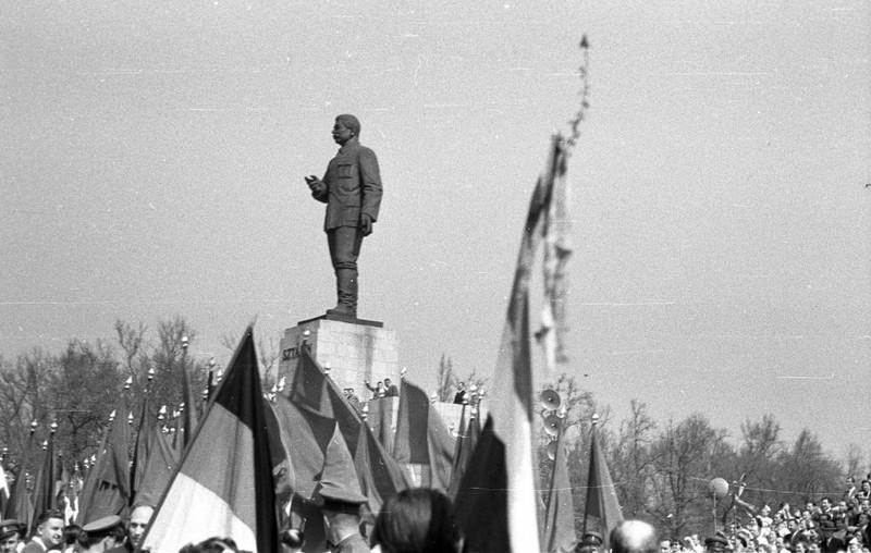 fovarosi.blog.hu: SztalinSzobor-1955-fortepan.hu-79228 - indafoto.hu