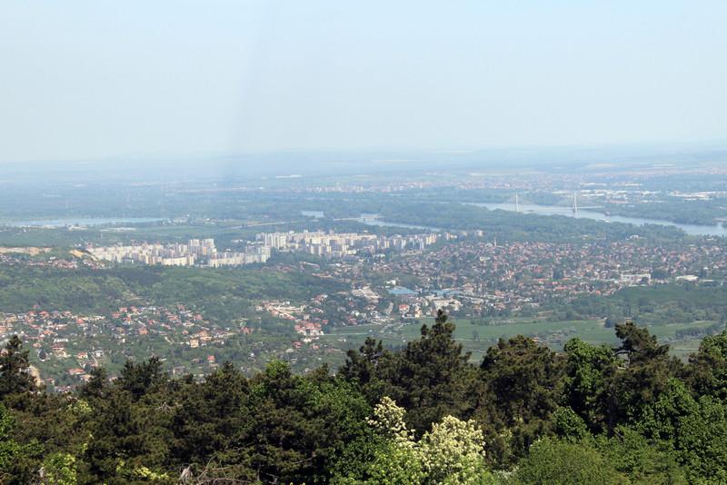 Balra a békásmegyeri panel lakótelep, jobbra fentebb a Megyeri-híd (kép: kektura.blog.hu)