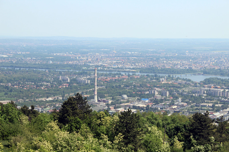 A magas kémény Budapest legmagasabb építménye, az óbudai távhőközpont 200 méter magas kéménye. Mögötte a Pók utcai lakótelep látható. A zöld híd pedig az újpesti vasúti híd. (kép: kektura.blog.hu)