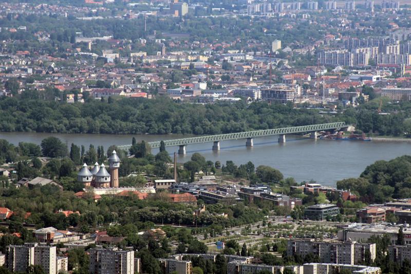 A tornyos épületcsoport az egykori Óbudai Gázgyár egyik épülete, mellette a Graphisoft Park modern irodaházaival. Mögötte az újpesti vasúti híd látszik. (kép: kektura.blog.hu)