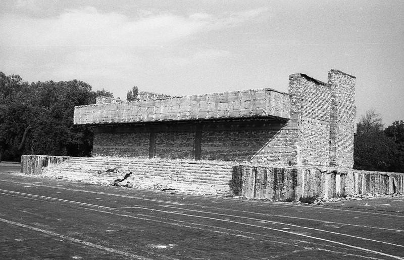 A dísztribün bontása a Felvonulási téren, 1990 körül. (fortepan.hu, 138547)