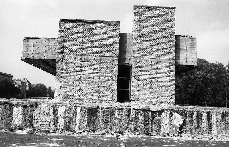 A dísztribün bontása a Felvonulási téren, 1990 körül. (fortepan.hu, 138548)