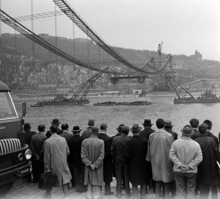 Az Erzsébet híd építése 1963 körül. (fortepan.hu, 137656)