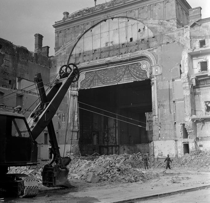 A Nemzeti Színház bontása a Blaha Lujza téren, 1965. (fortepan.hu, 138277)