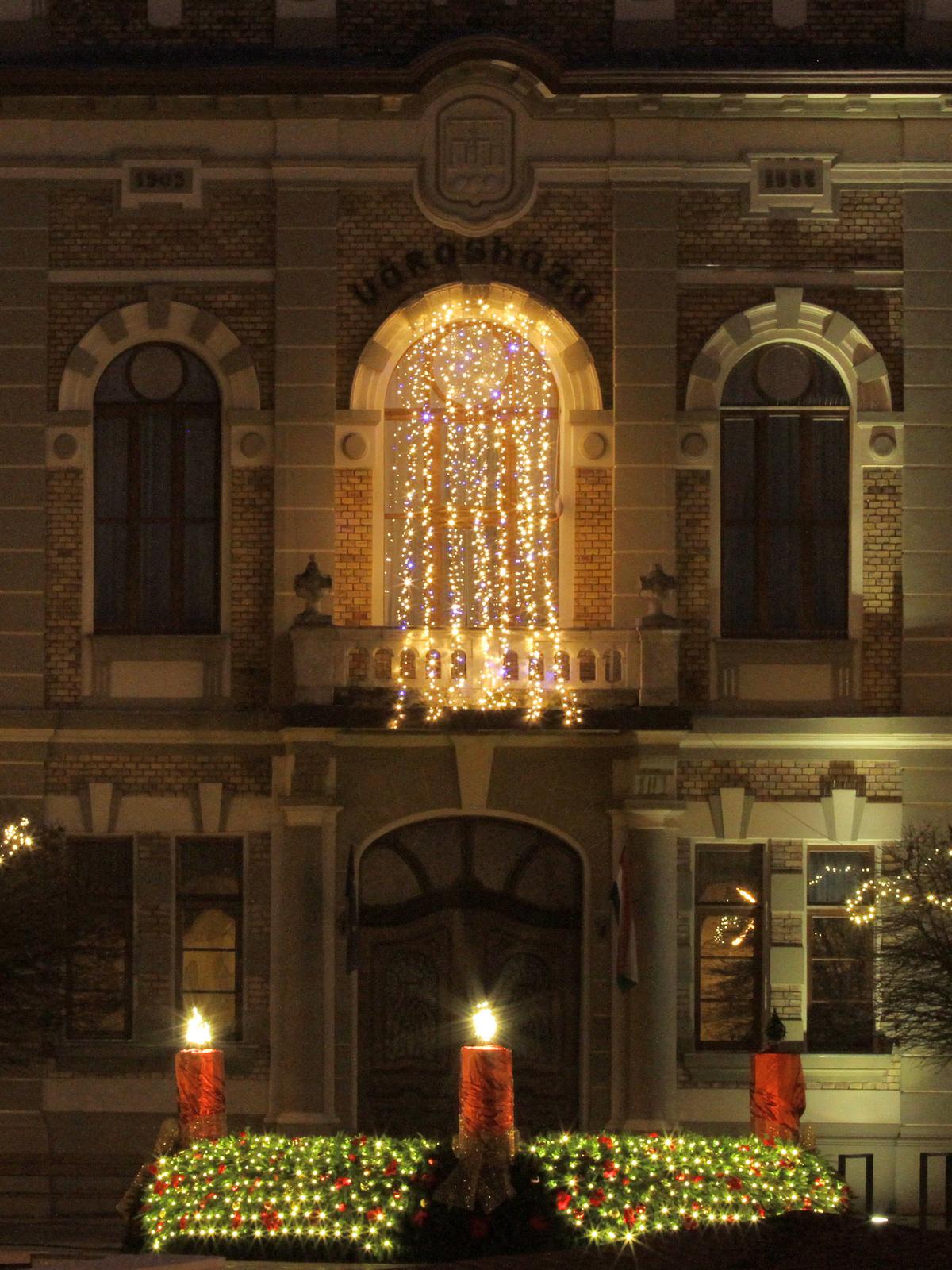 Adventi koszorú a városháza előtt