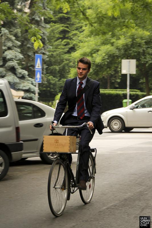 Mr. Öltönyös Biciklista