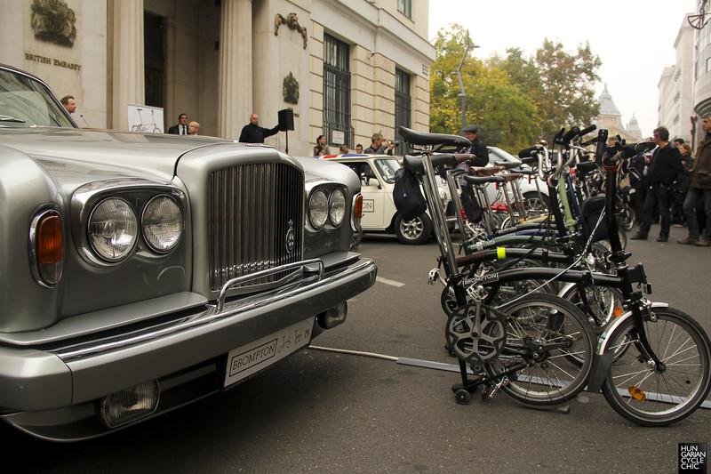 Itt a biciklik svájci bicskája: a Brit Nagykövetségen debütált a Brompton