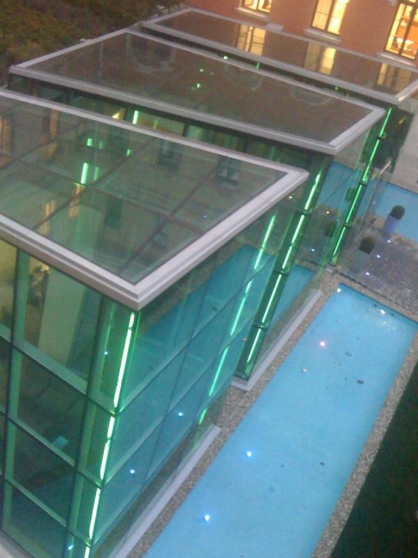 neonfényben tündököl az irodaház bejárata