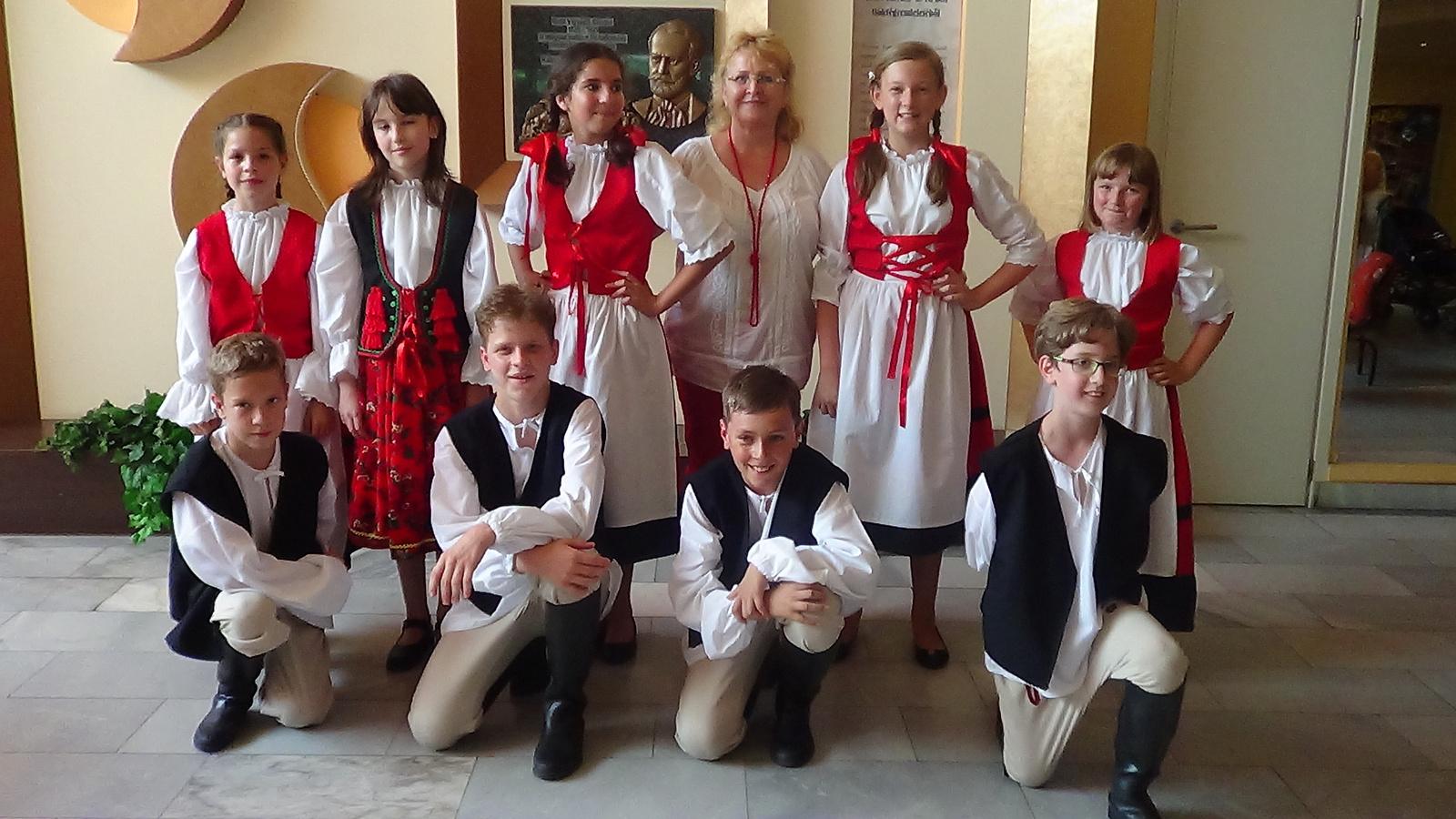 Kalacsiné Nyiszlai Zsuzsa néni táncosai