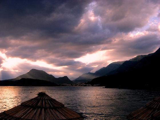 Alifa53: A Sutomorei öböl naplemente után
