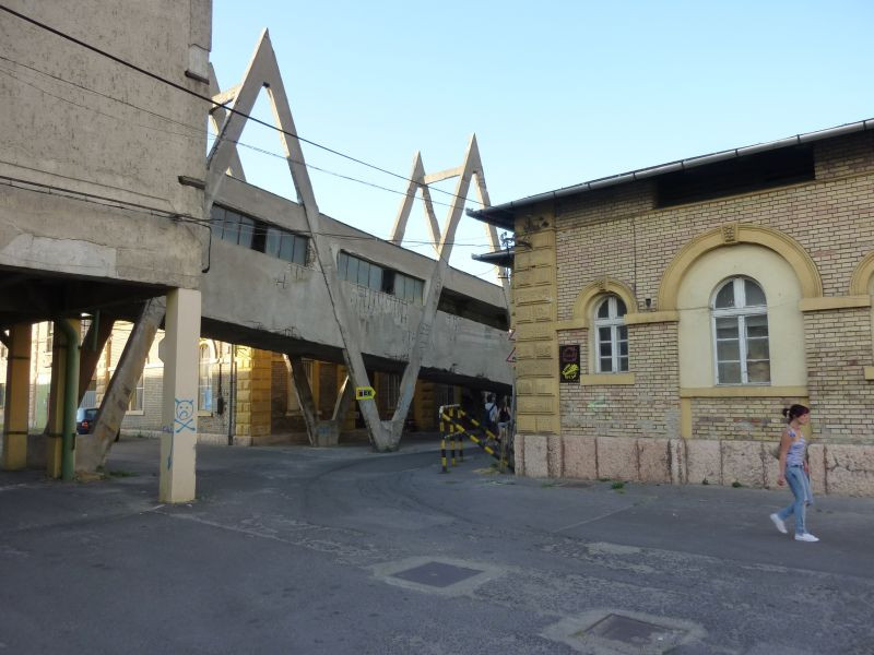 Az épület mellett balra