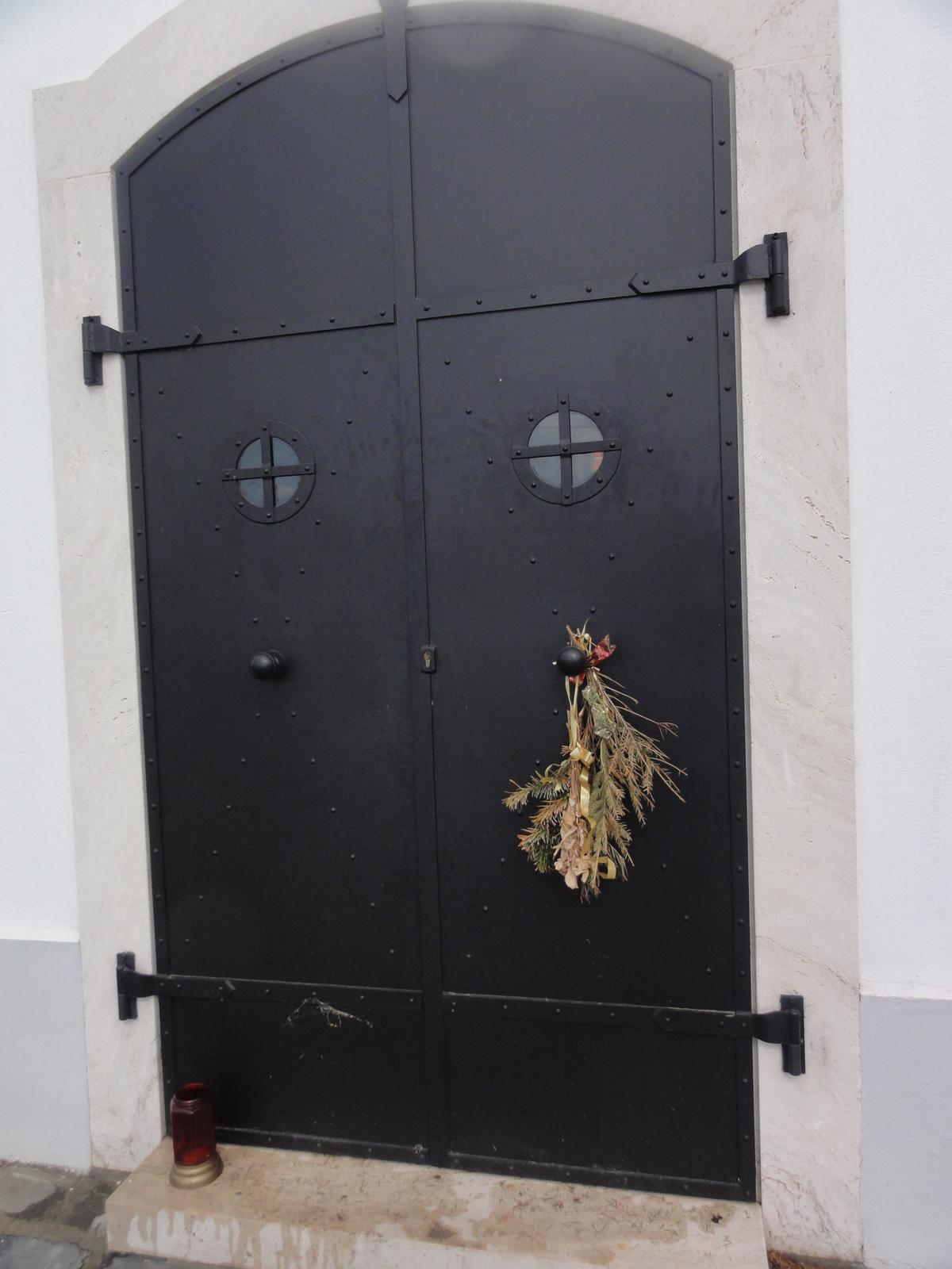 Kápolna ajtaja.