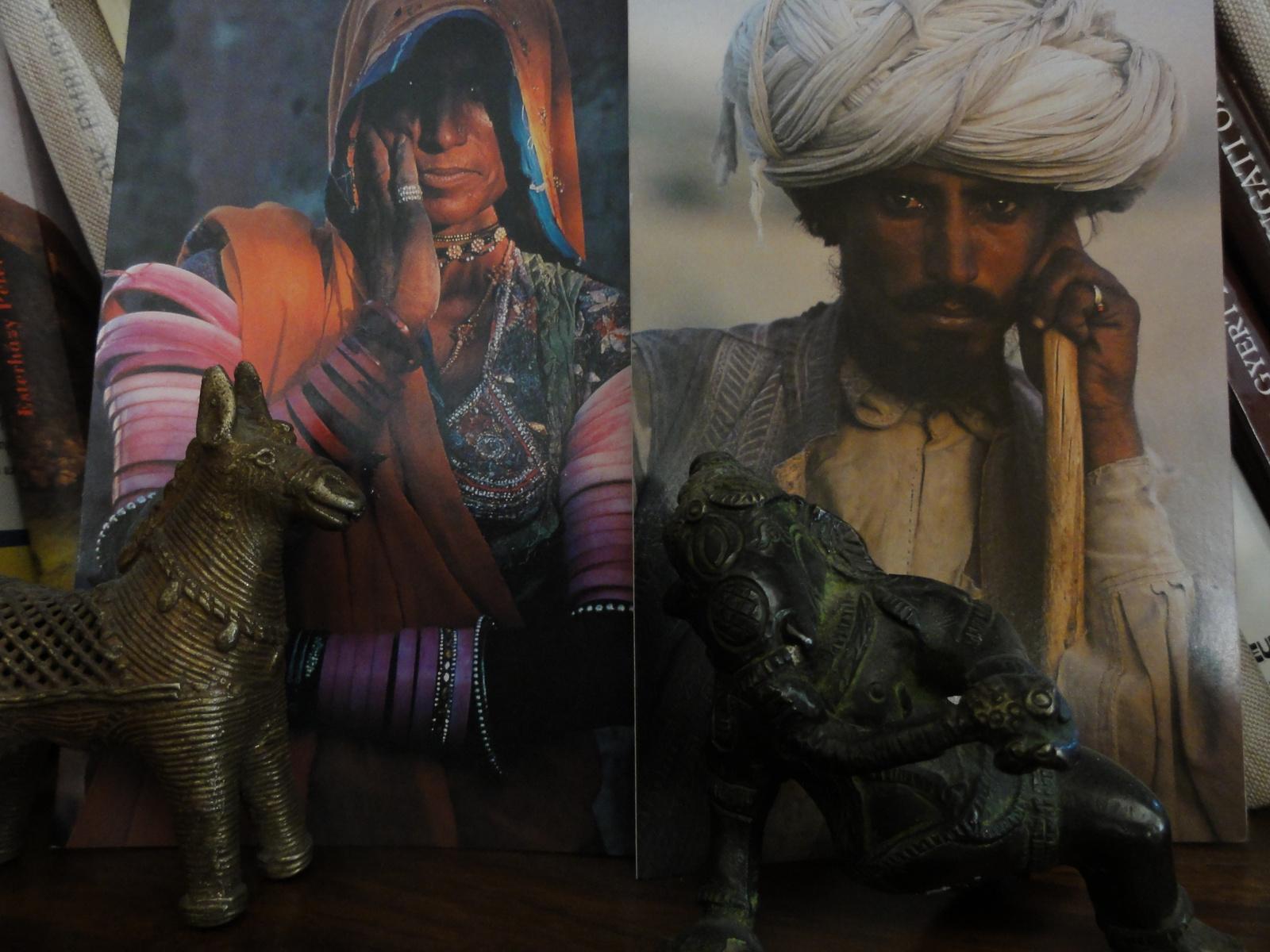 A kis réz szamár és Ganesha indiai fotográfiák elött.