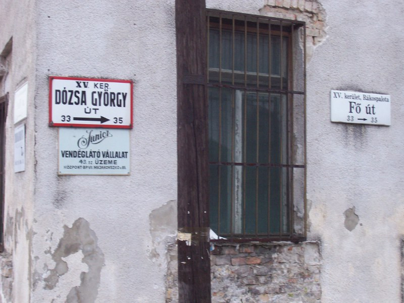 Fő úti, Dózsa György úti utcatáblák