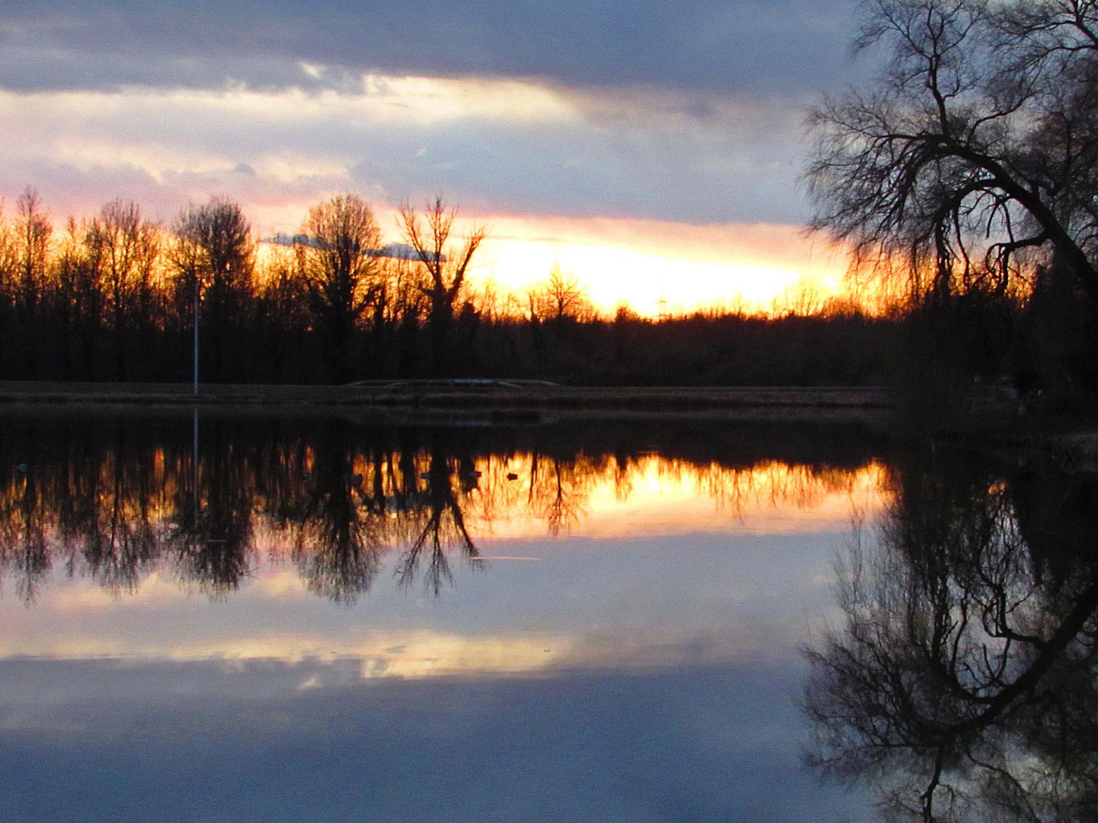 napnyugta a tóparton