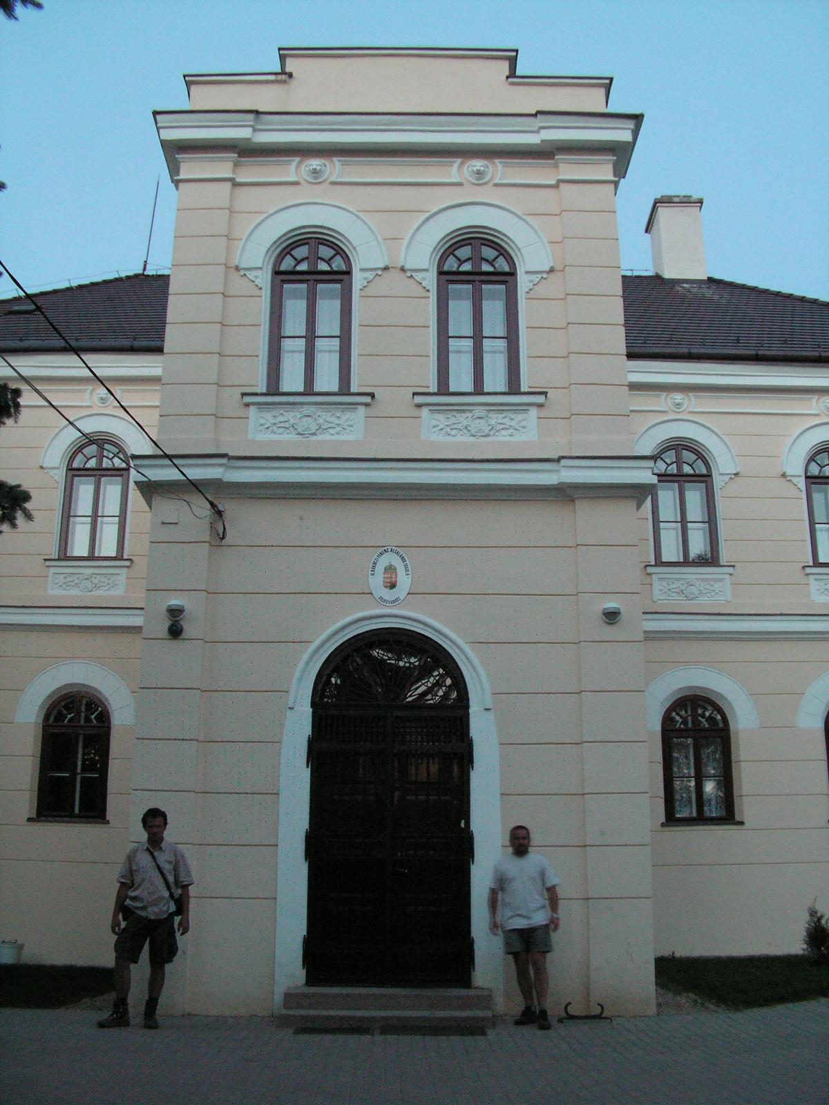 447 Felsővadász, Rákóczi-kastély előtt