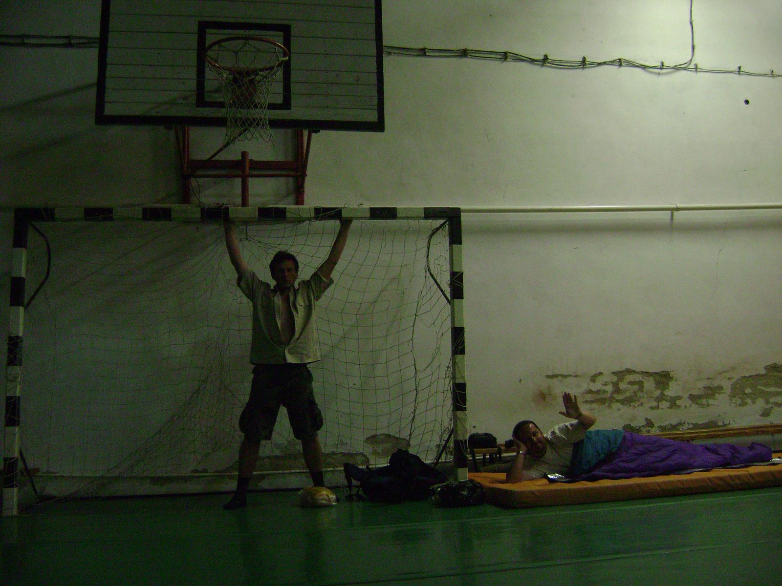 451 Felsővadász ált.isk. tornatermében aludtunk