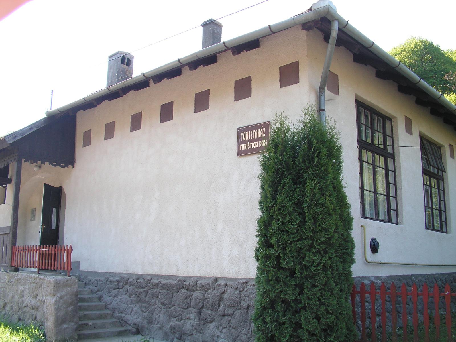 328 Turistaház Vágáshután, itt szálltunk meg 2009-ben, 1900 Ft-é