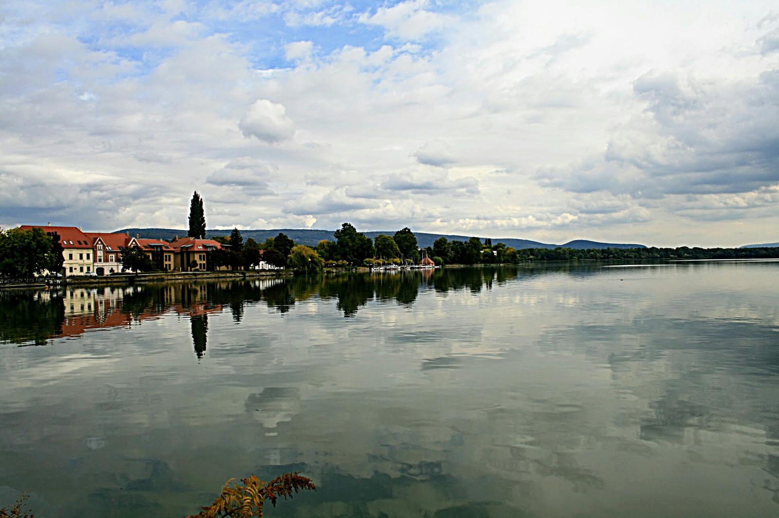Viharfelhők a tó felett
