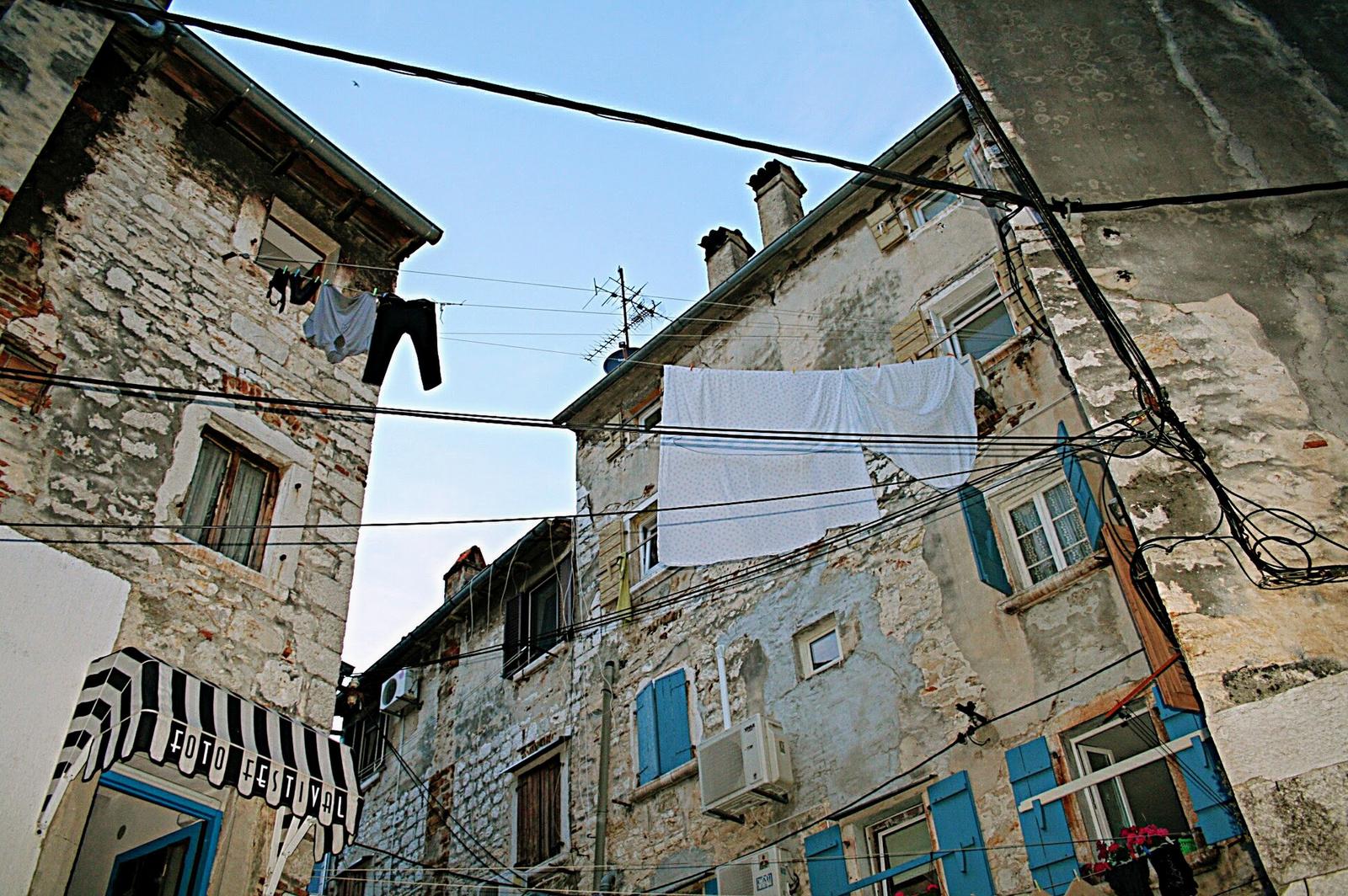 Fotó fesztivál a száradó ruhák alatt