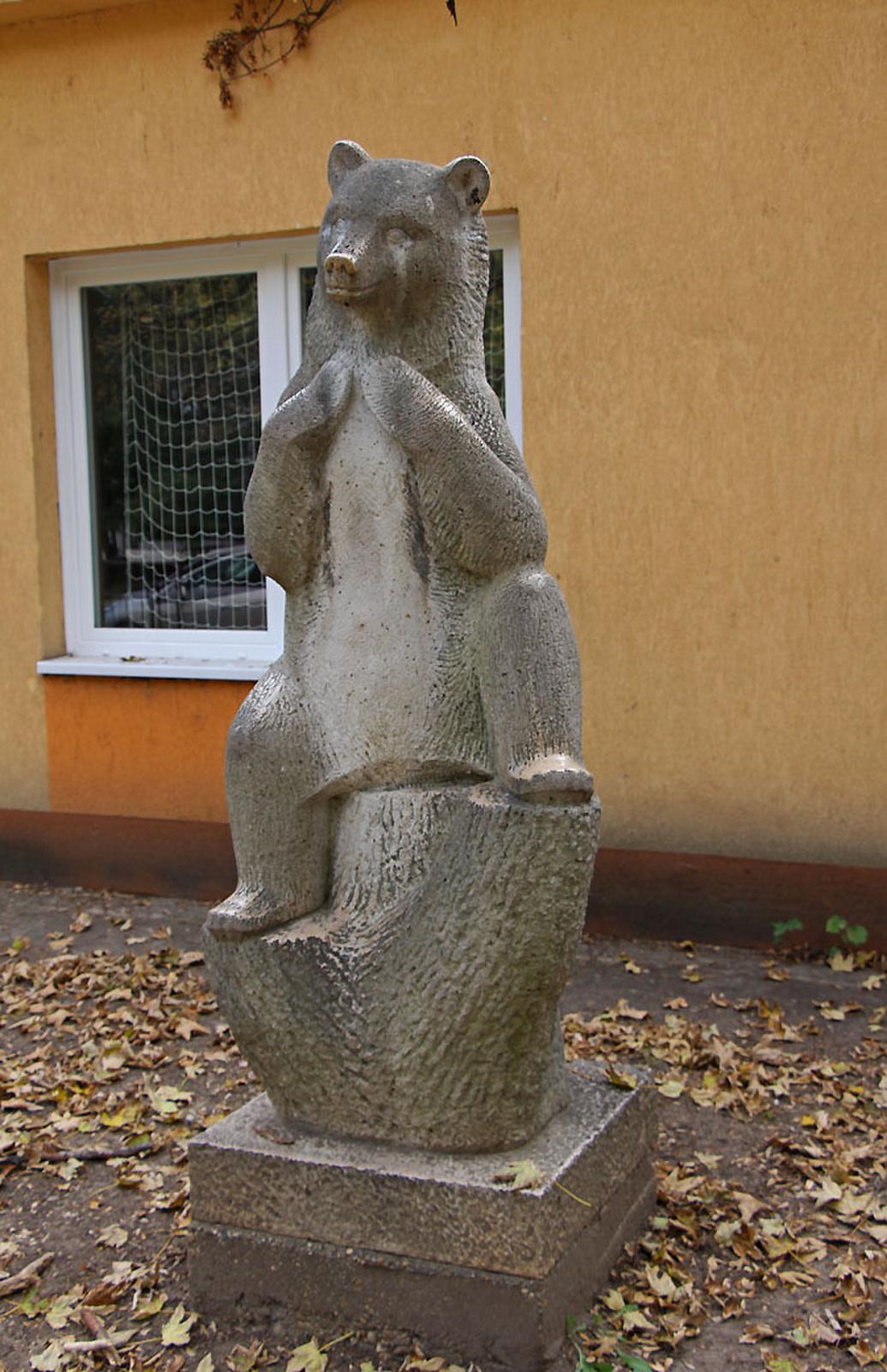 Ülő medve-szobor - III Meggyfa u 14