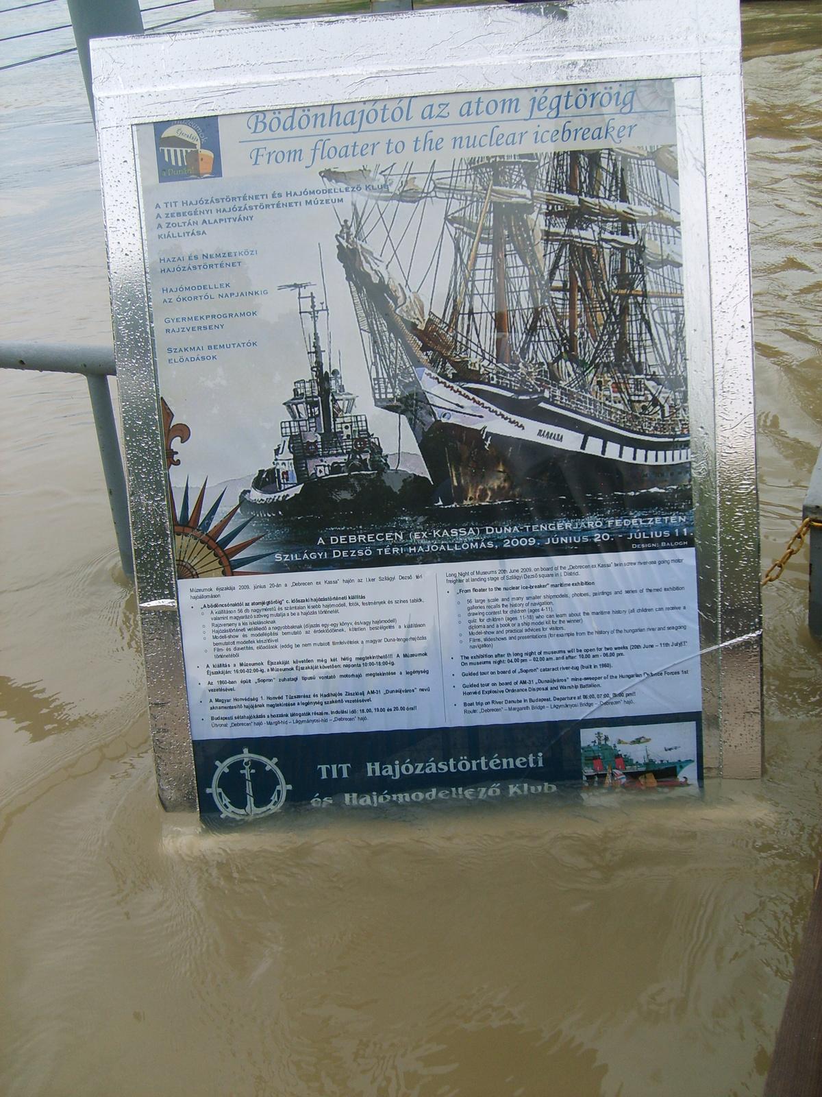 Plakát a vízben
