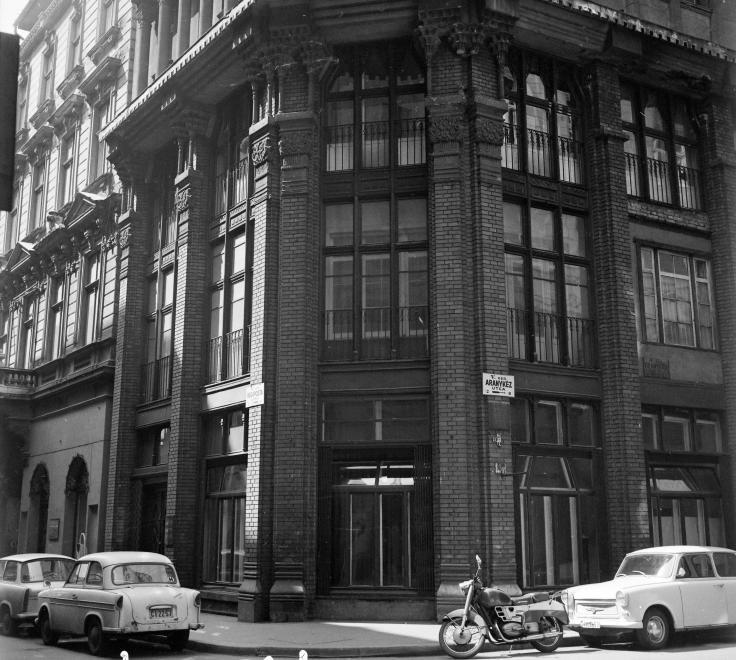 AranykezUtca-RegipostaUtcaSarok-1969Korul-fortepan.hu-97674