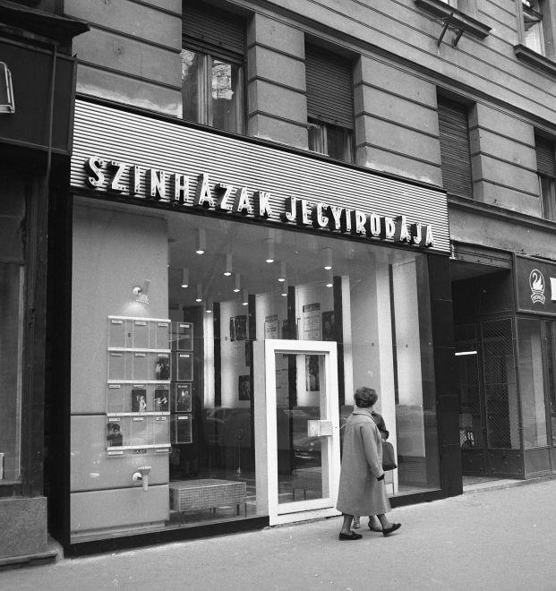 AndrassyUt18-1965Korul-SzinhazakJegyirodaja-fortepan.hu-173653