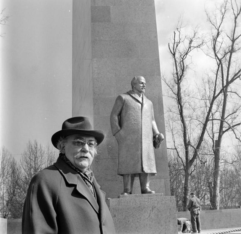 A Lenin-szobor felállítása a Felvonulási téren (ma: 56-osok tere). Bojár Sándor felvétele. fortepan.hu, 178303