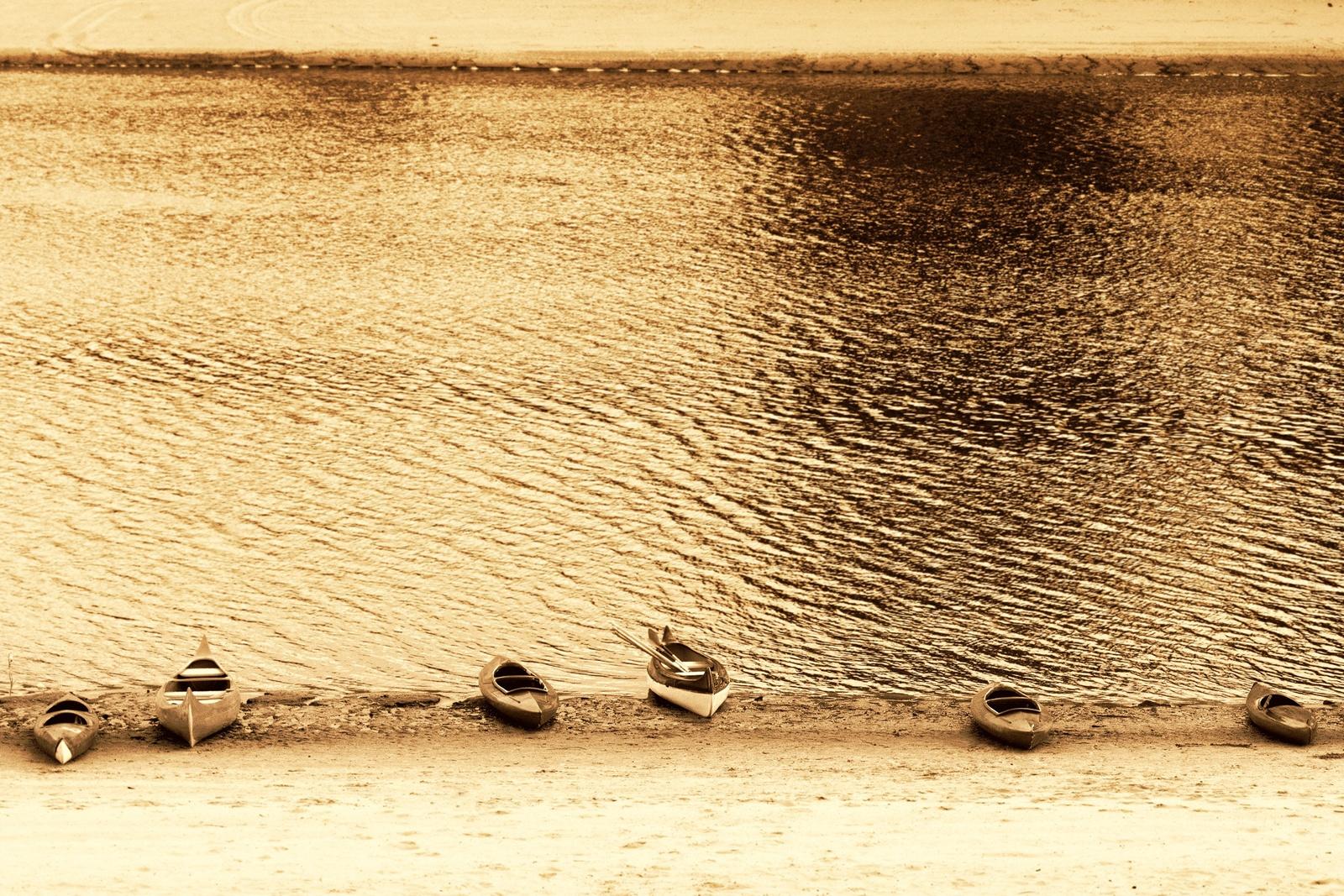 Kajakok a parton