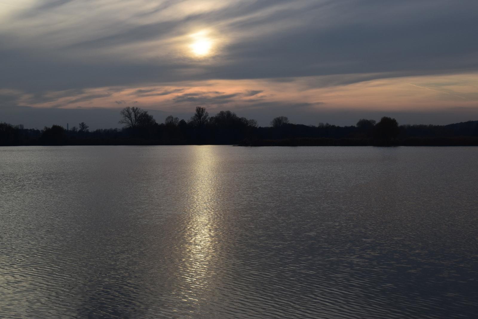 Ezüst híd a tó felett