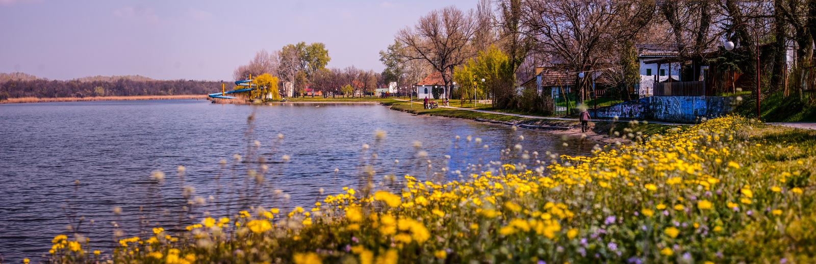 Szeliden virágzó Szilidi-tó