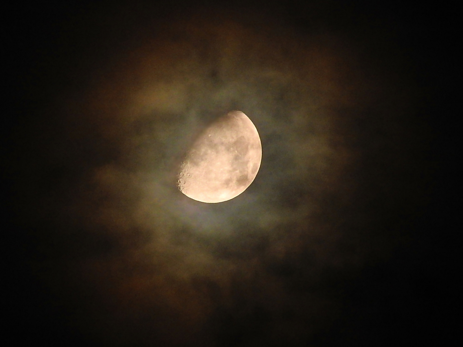 A Hold és udvara közelebbről halojelenség. 2015. okt. 22. 22:22