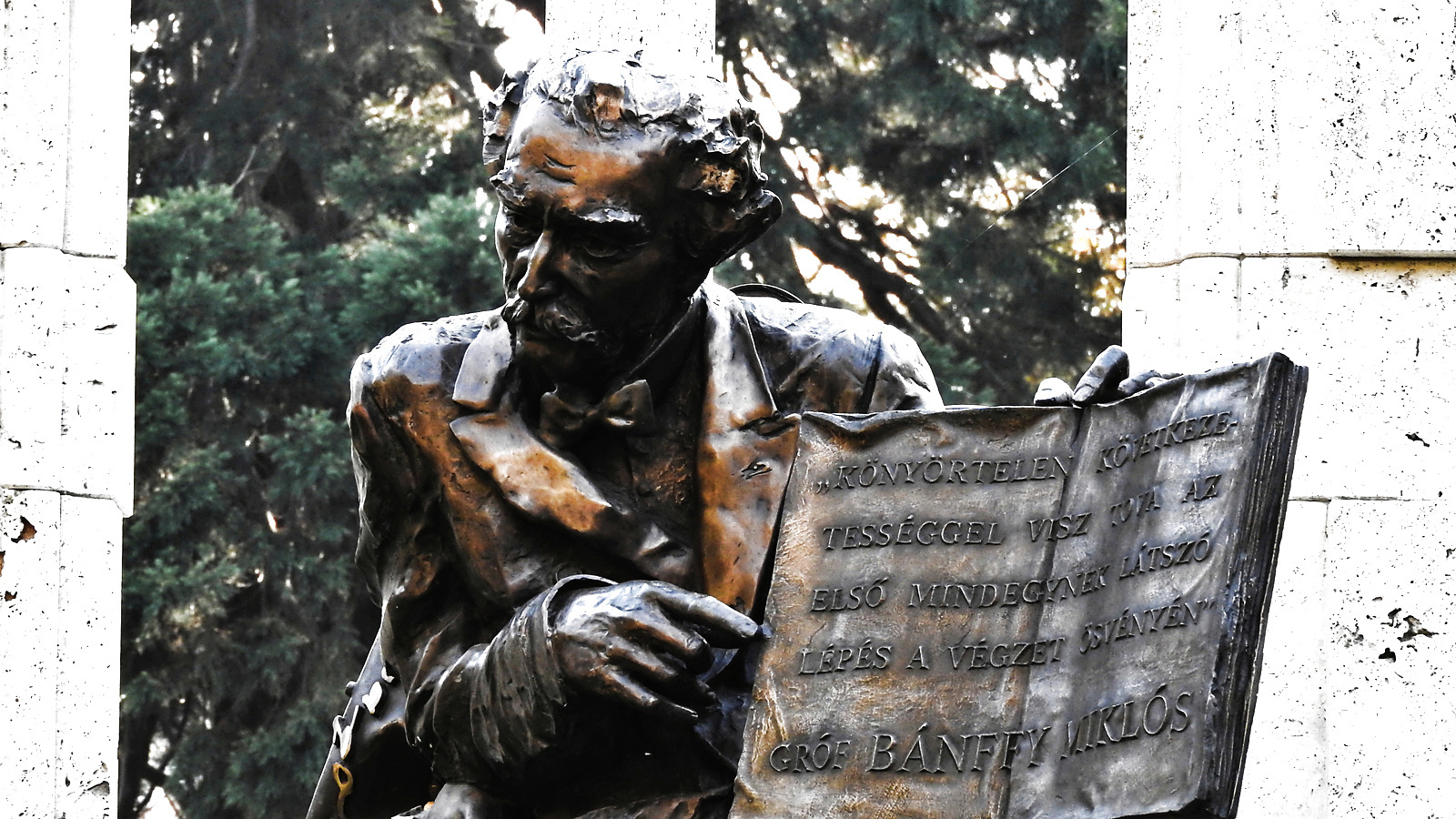 Bánffy Miklós (író) emlékszobra . Erzsébet kert Sopron