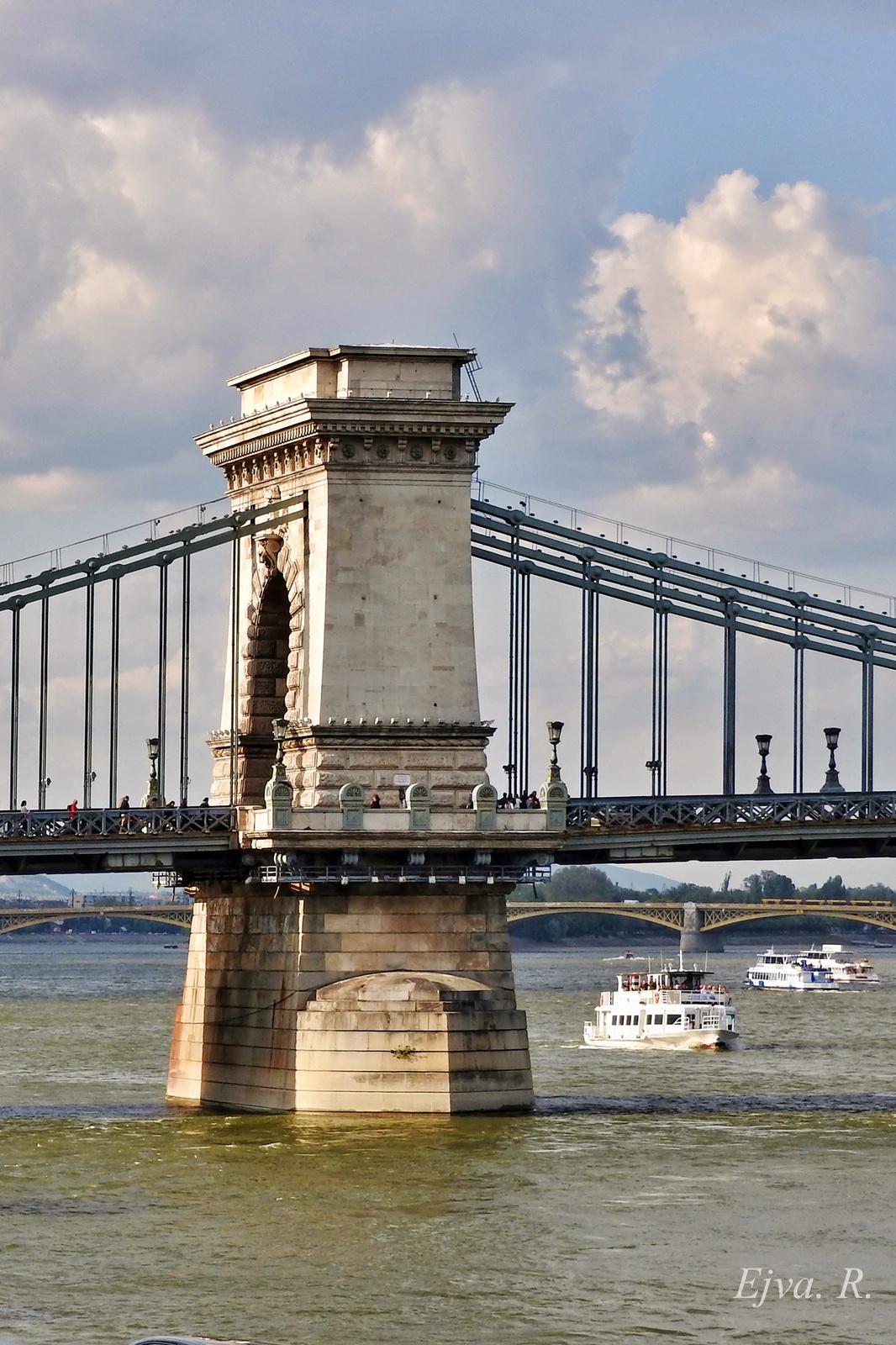 Úton Budapest Lánchíd pillér