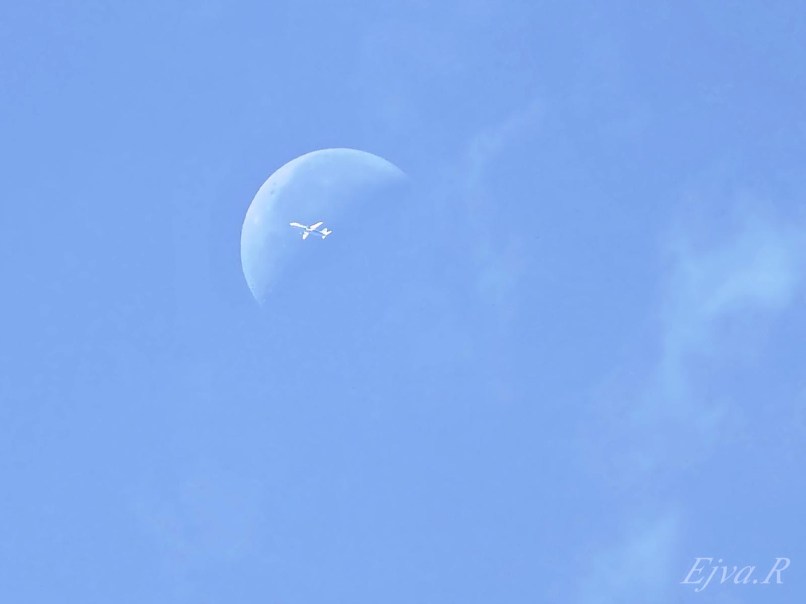 Hold Repülő Nappal