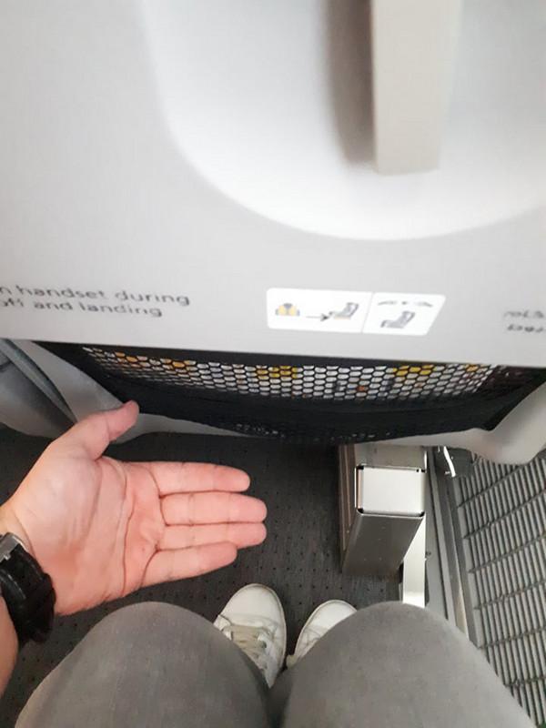 Az ülések között kényelmes nagyságú lábtér van