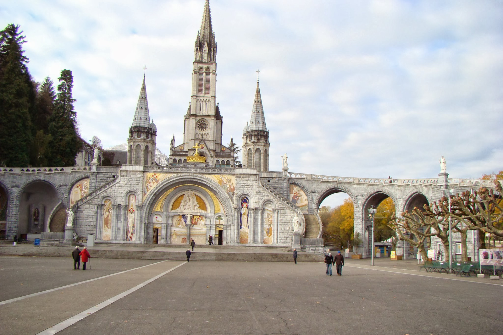 Lourdes Rosary basilica 25 11 2008 By Cathy Cotte