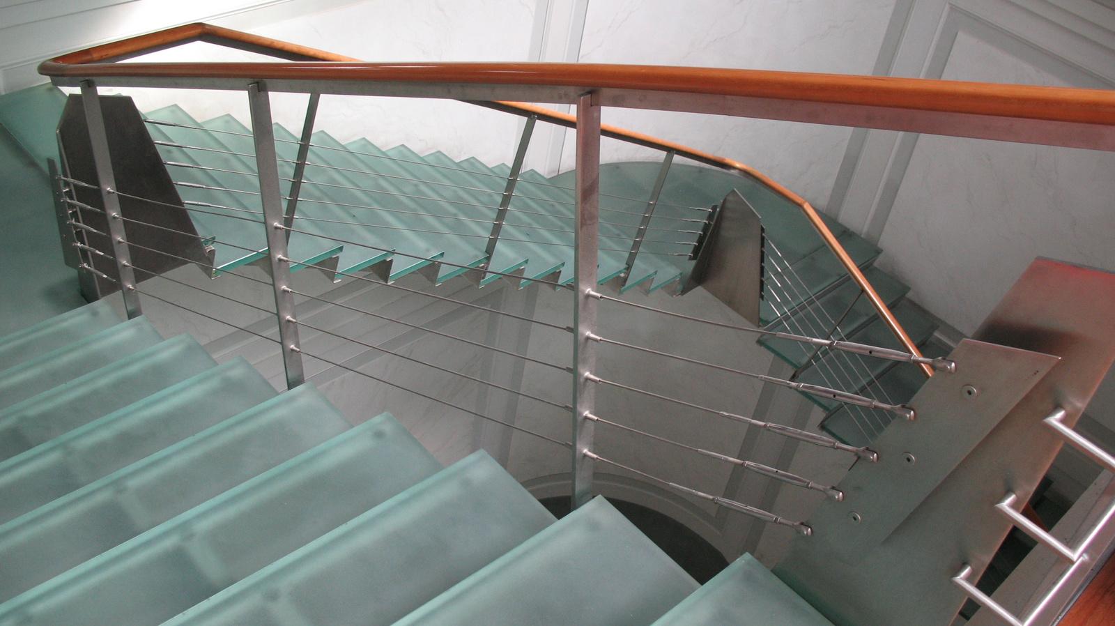Üveglépcsőkön vitték tovább a lépcsőházat az új szintekre