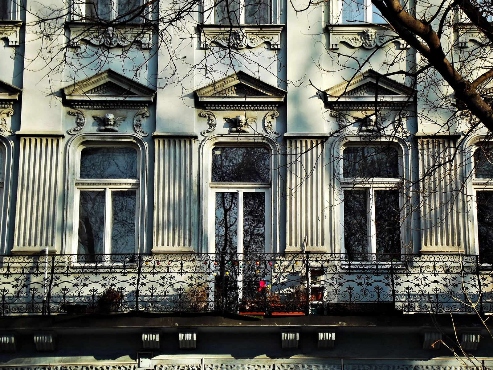 csipkekorlát ablakokkal