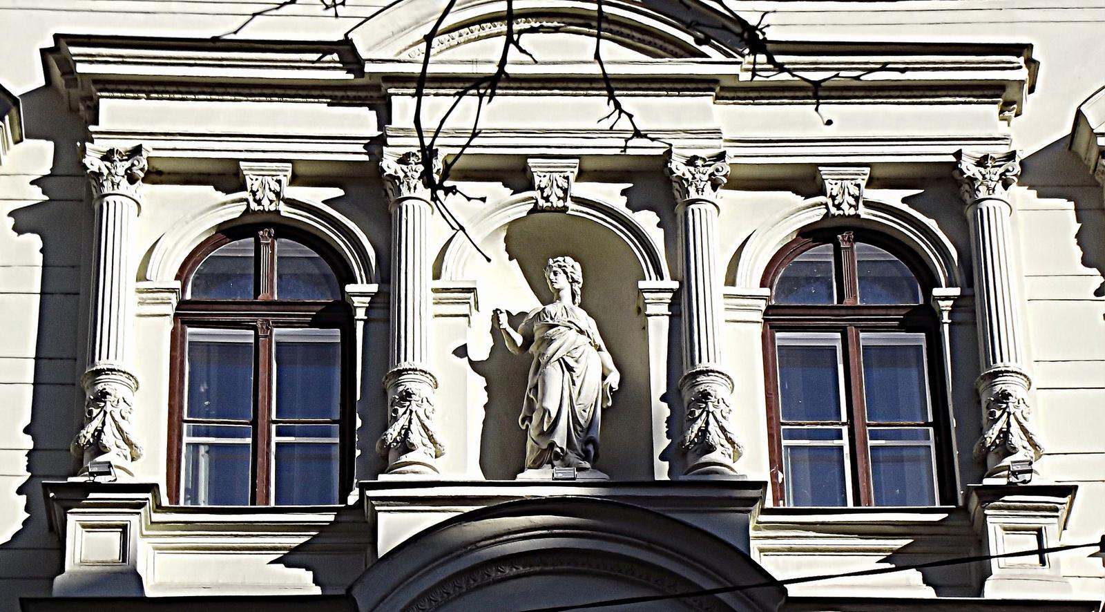 szobor és árnyéka