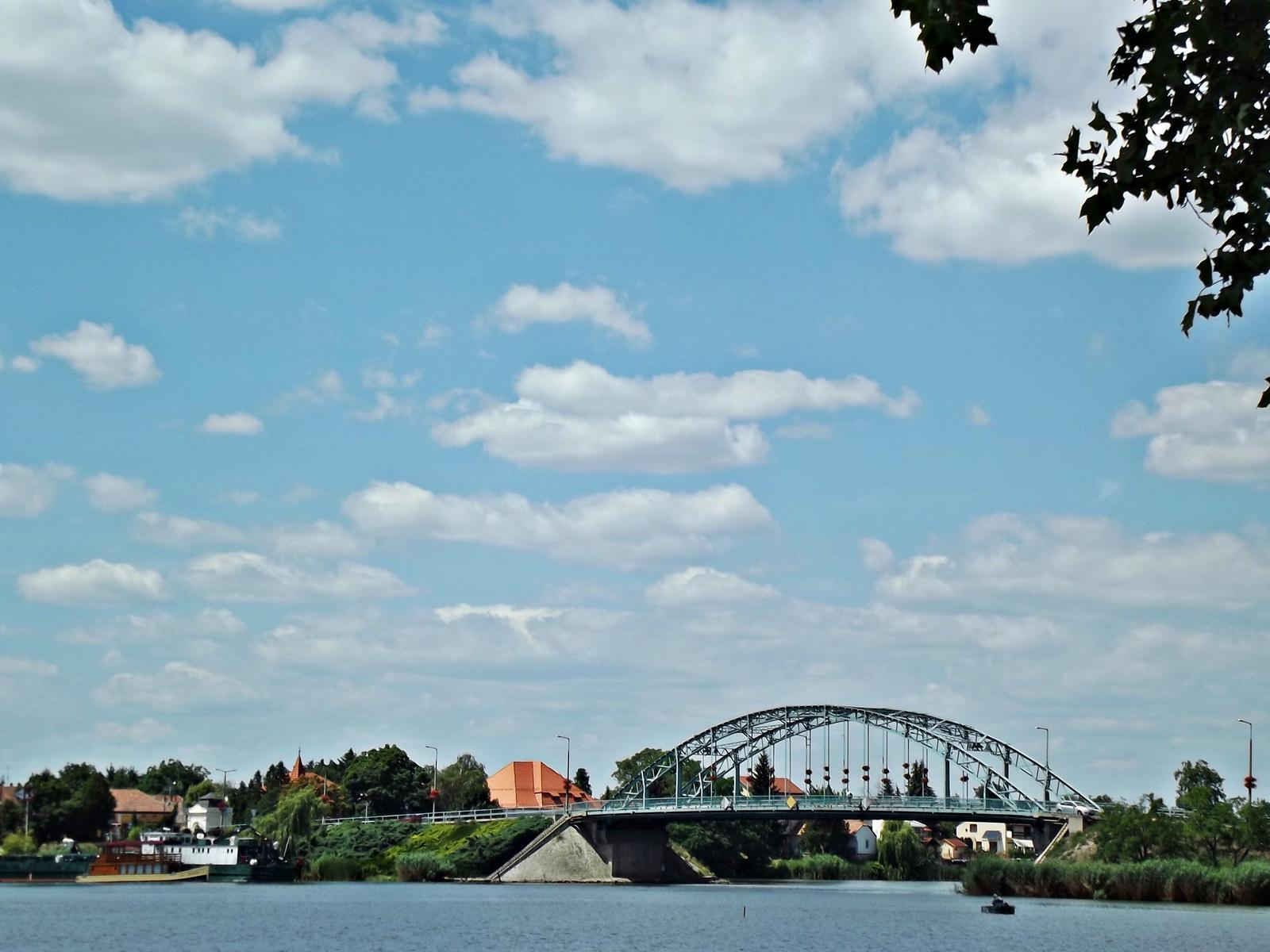 távolban a híd