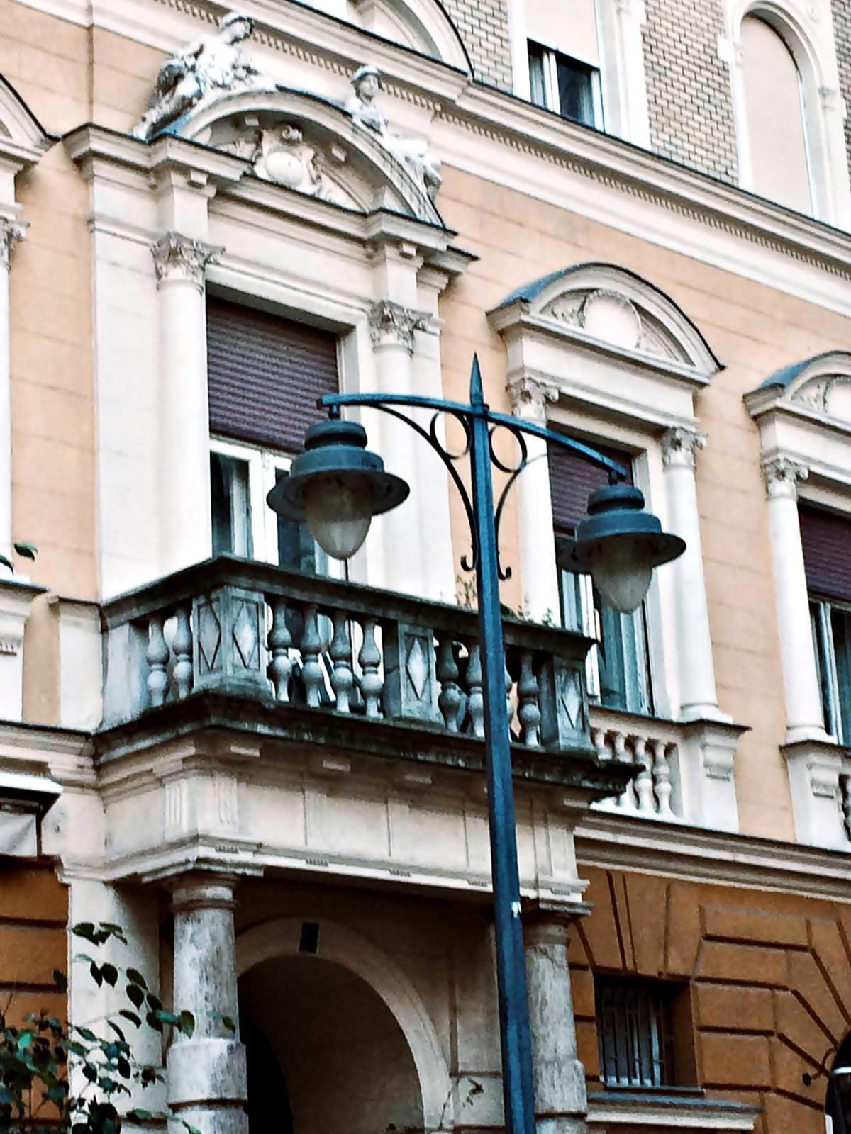 lámpák és erkély
