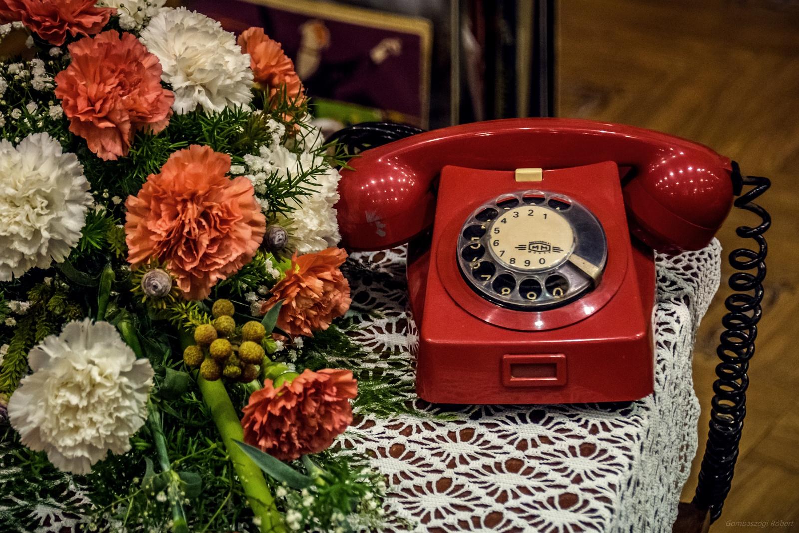 Piros telefon