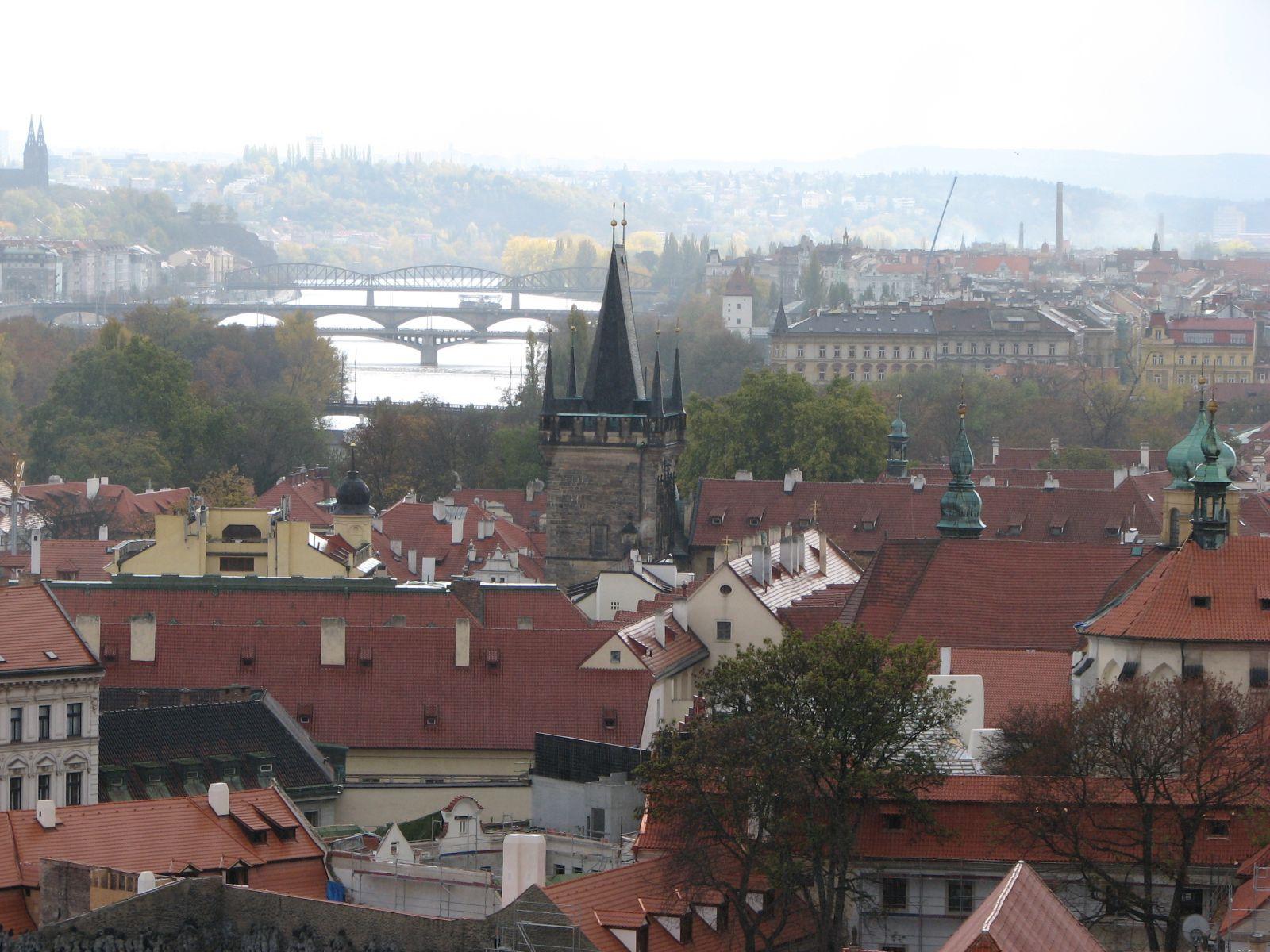 Prágai hidak és háztetk