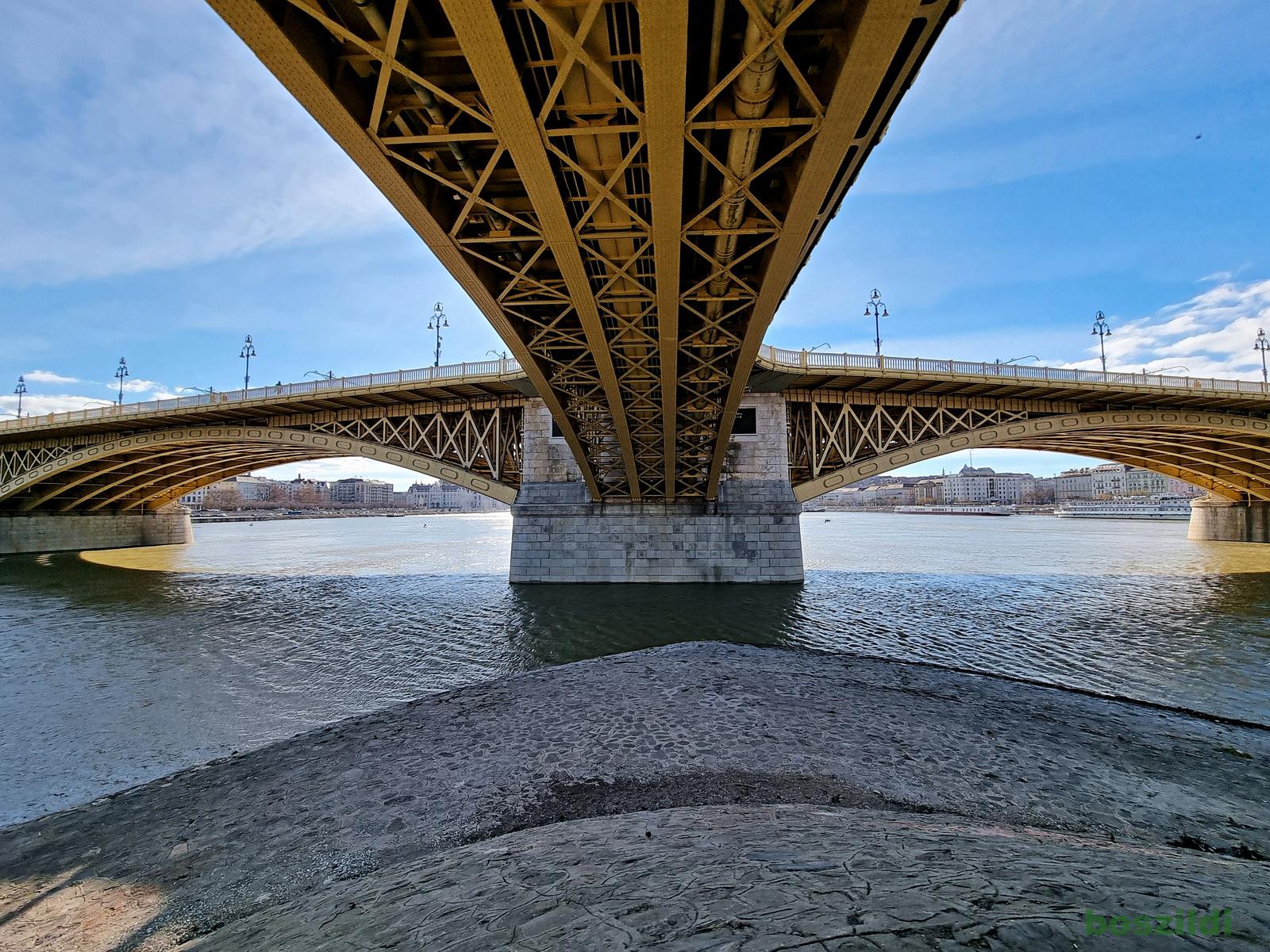 Margit híd alatt