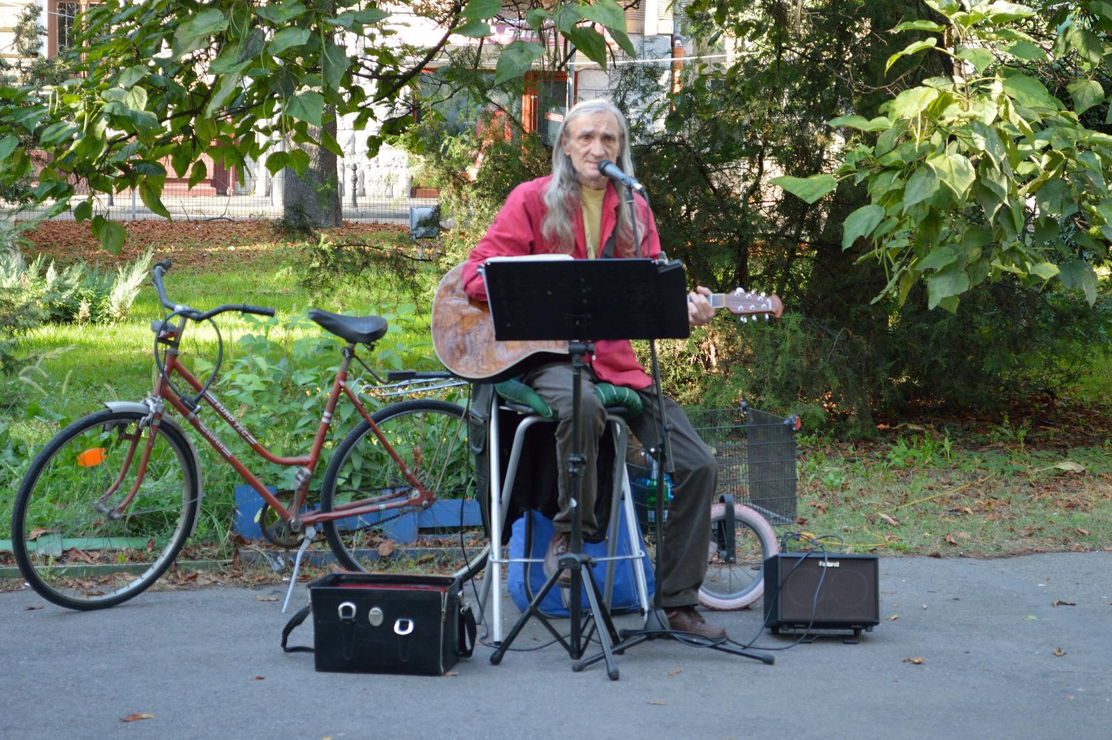 Utcai zenész és felszerelése